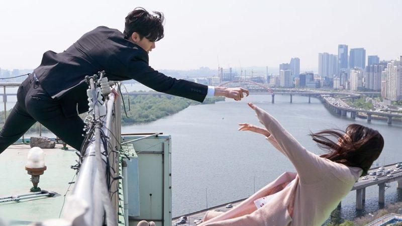 Khi nàng say giấc khởi đầu đầy kịch tính: Lee Jong Suk cứu Suzy thoát chết trong gang tấc-9
