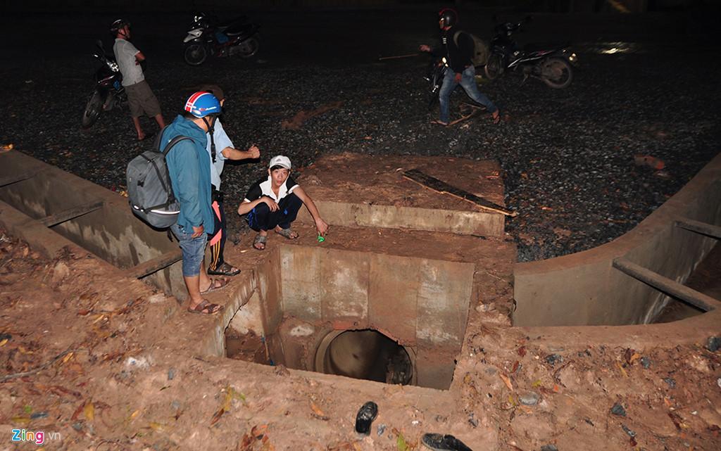 Người dân chui ống cống trong đêm tìm bé trai bị nước cuốn-1