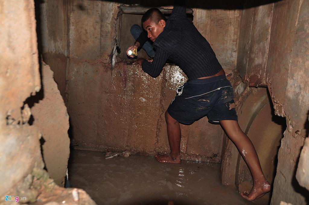 Người dân chui ống cống trong đêm tìm bé trai bị nước cuốn-10