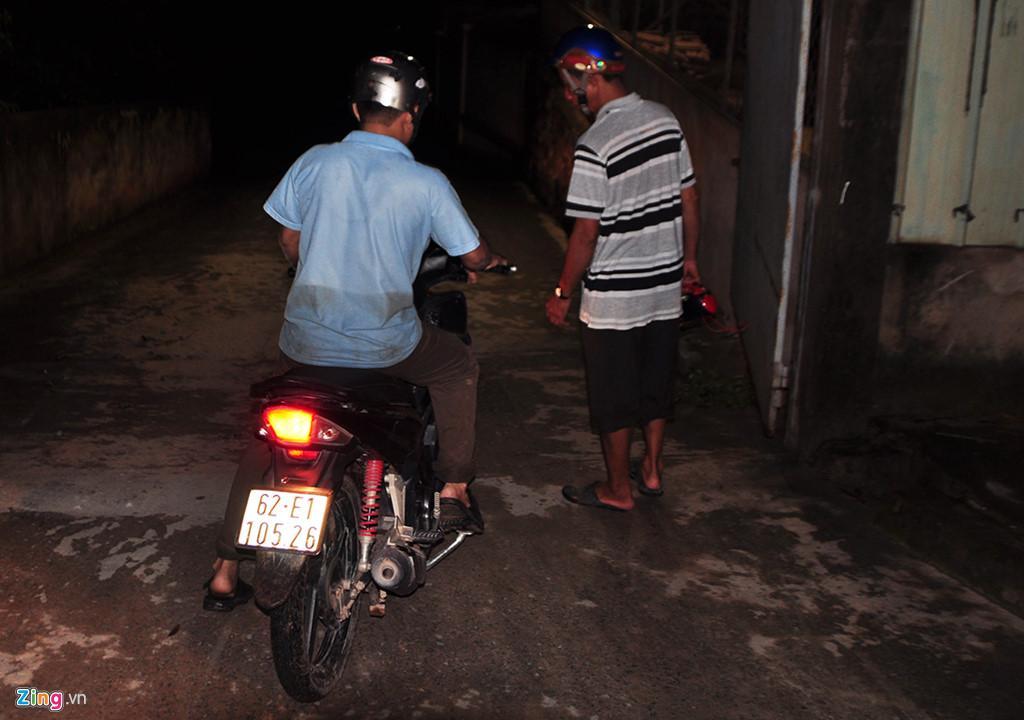 Người dân chui ống cống trong đêm tìm bé trai bị nước cuốn-11