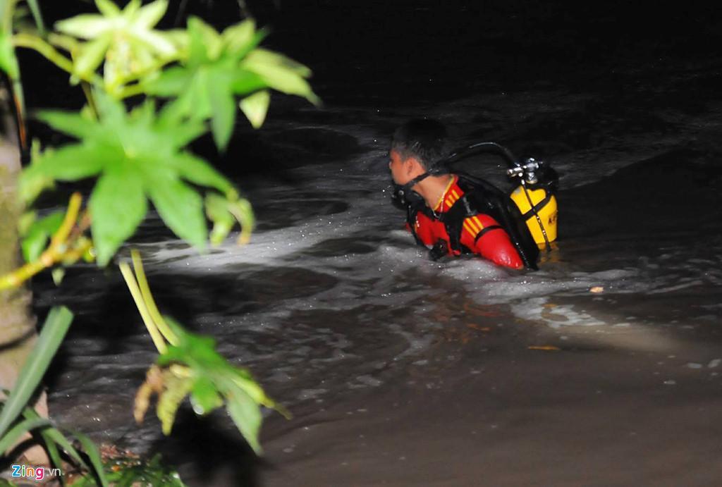 Người dân chui ống cống trong đêm tìm bé trai bị nước cuốn-3