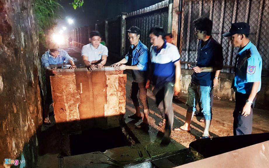 Người dân chui ống cống trong đêm tìm bé trai bị nước cuốn-5