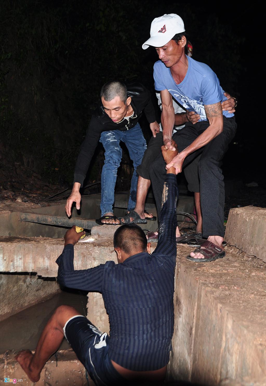 Người dân chui ống cống trong đêm tìm bé trai bị nước cuốn-9
