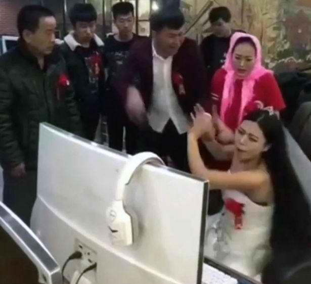 Cô dâu mải chơi game trong ngày cưới, cả nhà phải ra quán net kéo về-1