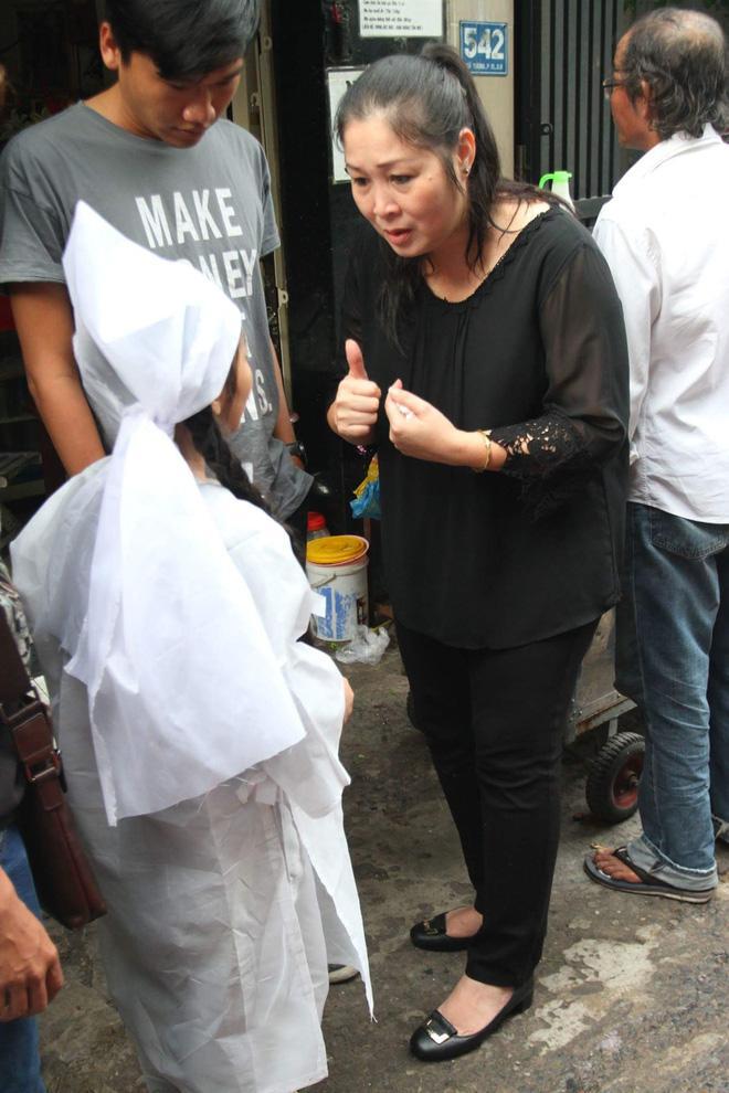 Sao Việt đau xót đến viếng nghệ sĩ Khánh Nam, con gái nuôi khóc nức nở thương cha-13