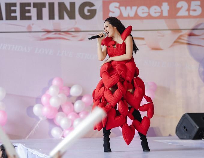 Minh Hằng diện đồ như mẫu game, Ngọc Trinh mặc váy có như không lọt top sao thảm họa-6