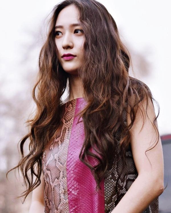 Thở dài trước mái tóc ngắn lộ trán bướng, fan tiếc nuối nhớ thương nữ thần tóc xoăn Krystal-6