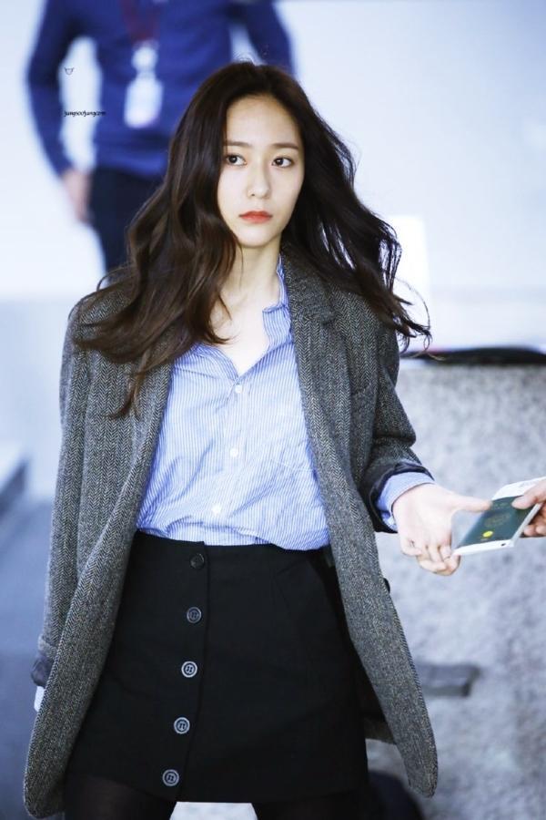 Thở dài trước mái tóc ngắn lộ trán bướng, fan tiếc nuối nhớ thương nữ thần tóc xoăn Krystal-7