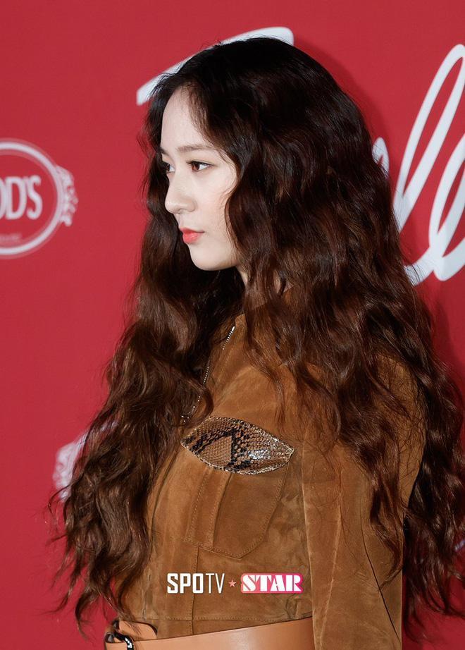 Thở dài trước mái tóc ngắn lộ trán bướng, fan tiếc nuối nhớ thương nữ thần tóc xoăn Krystal-9