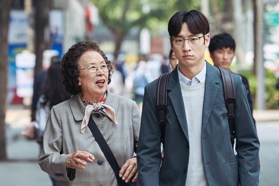 Bà ngoại quốc dân tái xuất với màn đeo bám trai trẻ để...học ngoại ngữ-4