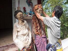 Tận mắt chứng kiến lễ 'dựng người chết sống dậy' ở Indonesia