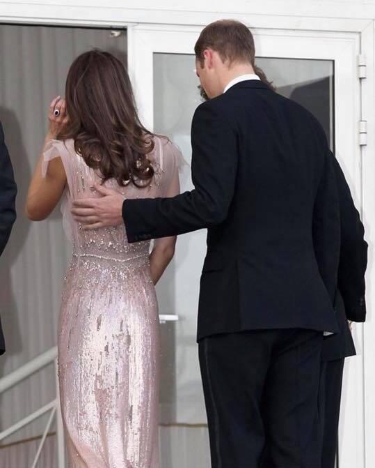 Hoàng tử William chẳng bao giờ nắm tay Công nương Kate ở nơi công cộng, nhưng luôn có hành động ngọt ngào này-10