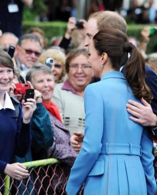 Hoàng tử William chẳng bao giờ nắm tay Công nương Kate ở nơi công cộng, nhưng luôn có hành động ngọt ngào này-11