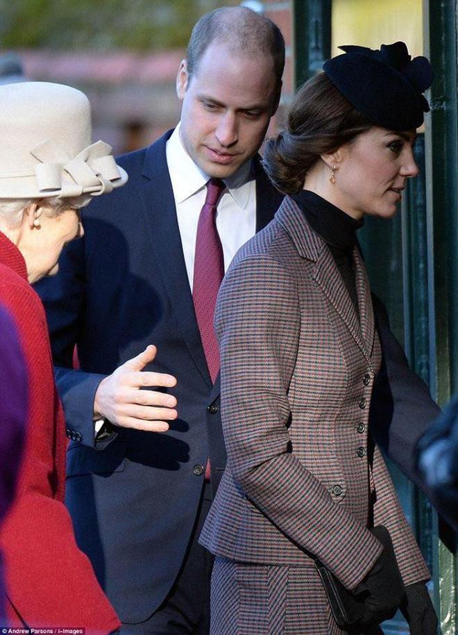 Hoàng tử William chẳng bao giờ nắm tay Công nương Kate ở nơi công cộng, nhưng luôn có hành động ngọt ngào này-12
