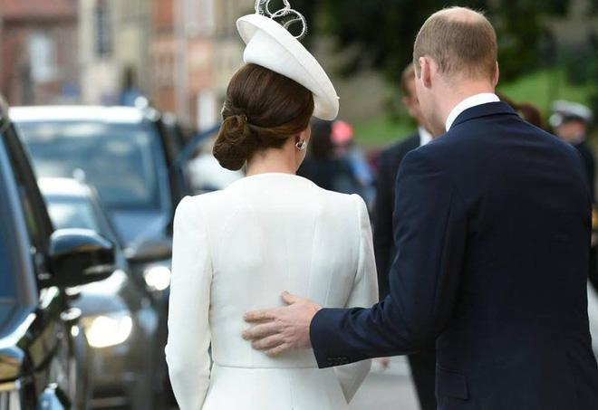 Hoàng tử William chẳng bao giờ nắm tay Công nương Kate ở nơi công cộng, nhưng luôn có hành động ngọt ngào này-4
