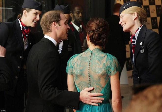 Hoàng tử William chẳng bao giờ nắm tay Công nương Kate ở nơi công cộng, nhưng luôn có hành động ngọt ngào này-5