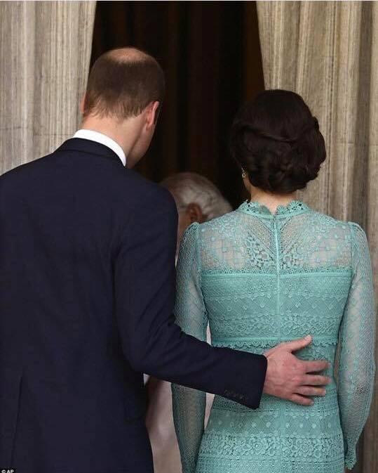 Hoàng tử William chẳng bao giờ nắm tay Công nương Kate ở nơi công cộng, nhưng luôn có hành động ngọt ngào này-6