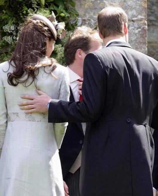 Hoàng tử William chẳng bao giờ nắm tay Công nương Kate ở nơi công cộng, nhưng luôn có hành động ngọt ngào này-8