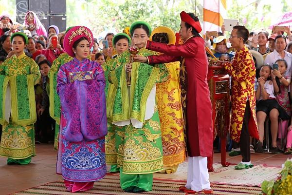 Dàn sao Việt mướt mồ hôi, đội nắng đến dâng hương đền thờ Tổ của Hoài Linh-4