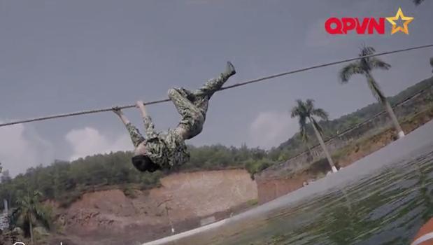 Leo dây bằng ý chí, Hương Giang Idol làm nên điều kỳ diệu trong quân ngũ-7