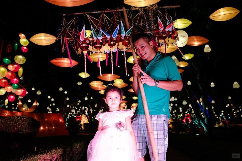 Tin sao Việt 1/10: Vợ chồng Jennifer Phạm đưa con gái đi đón tết  trung thu sớm-2