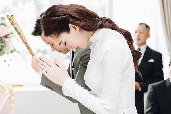 Hoa hậu Đặng Thu Thảo đẹp rạng rỡ bên chồng trong lễ ăn hỏi tại nhà riêng-3