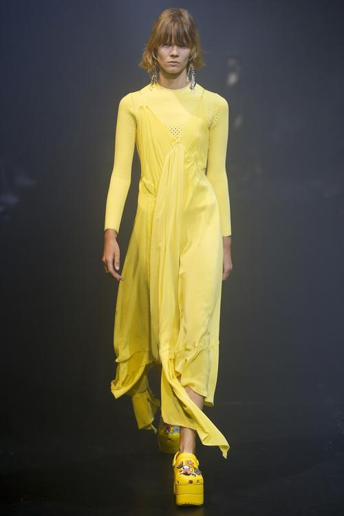 Balenciaga kết hợp Crocs cho ra mắt mẫu dép đi mưa khó tả nhất Paris Fashion Week năm nay-1