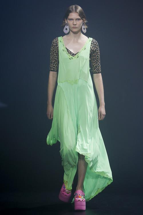 Balenciaga kết hợp Crocs cho ra mắt mẫu dép đi mưa khó tả nhất Paris Fashion Week năm nay-2