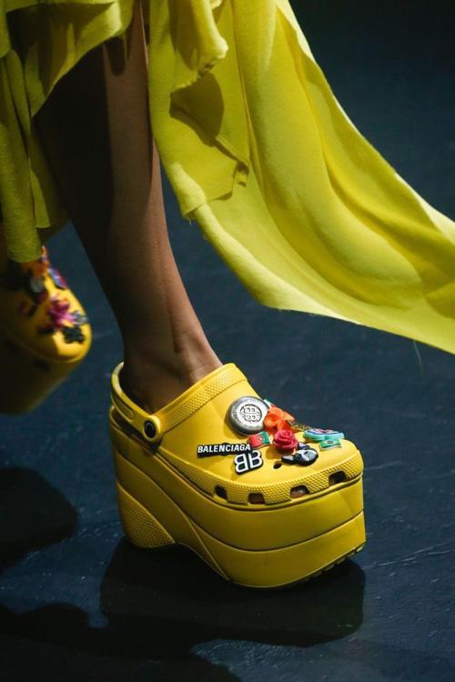 Balenciaga kết hợp Crocs cho ra mắt mẫu dép đi mưa khó tả nhất Paris Fashion Week năm nay-4