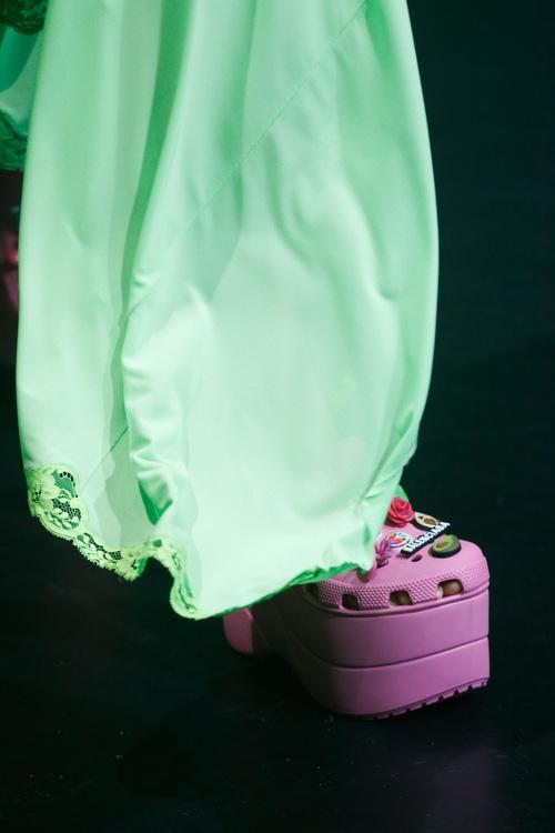 Balenciaga kết hợp Crocs cho ra mắt mẫu dép đi mưa khó tả nhất Paris Fashion Week năm nay-5