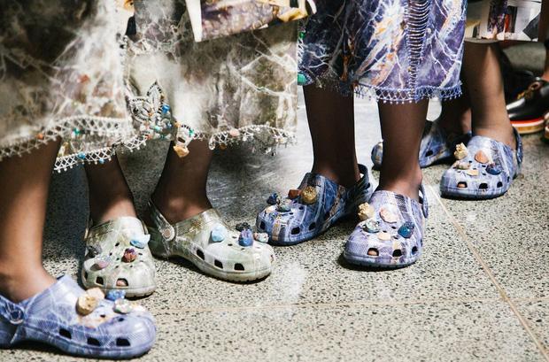 Balenciaga kết hợp Crocs cho ra mắt mẫu dép đi mưa khó tả nhất Paris Fashion Week năm nay-7