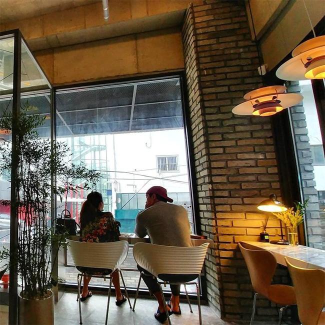 Sao Hàn 2/10: Kim Tae Hee cafe thân mật cùng ông xã trước ngày lâm bồn-1
