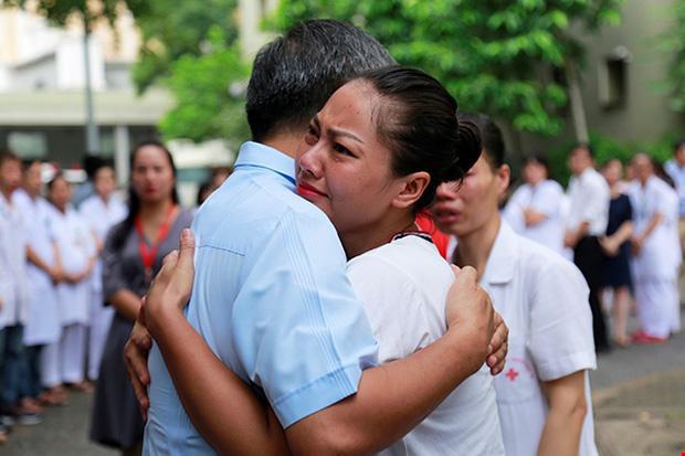 Viện trưởng Viện Huyết học nghỉ hưu, hàng trăm y bác sĩ, bệnh nhân xếp hàng chia tay trong nước mắt-4