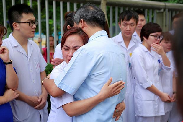 Viện trưởng Viện Huyết học nghỉ hưu, hàng trăm y bác sĩ, bệnh nhân xếp hàng chia tay trong nước mắt-5