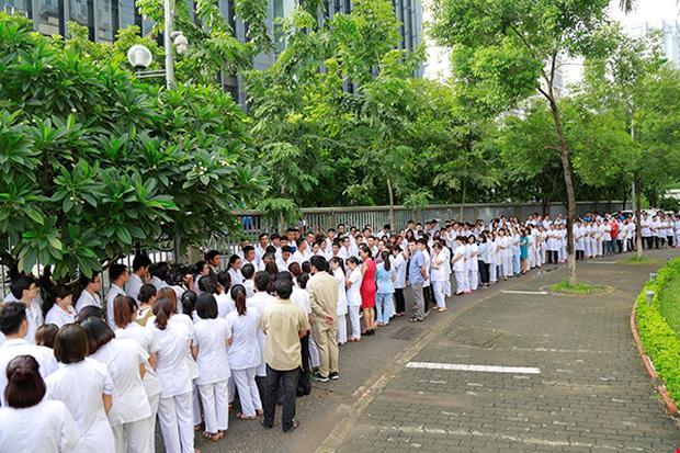 Viện trưởng Viện Huyết học nghỉ hưu, hàng trăm y bác sĩ, bệnh nhân xếp hàng chia tay trong nước mắt-6