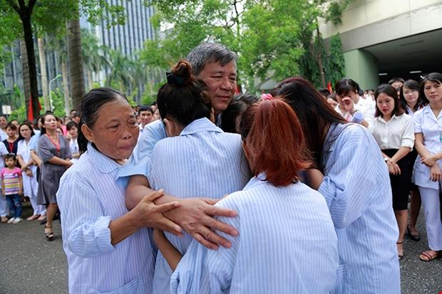 Viện trưởng Viện Huyết học nghỉ hưu, hàng trăm y bác sĩ, bệnh nhân xếp hàng chia tay trong nước mắt-7