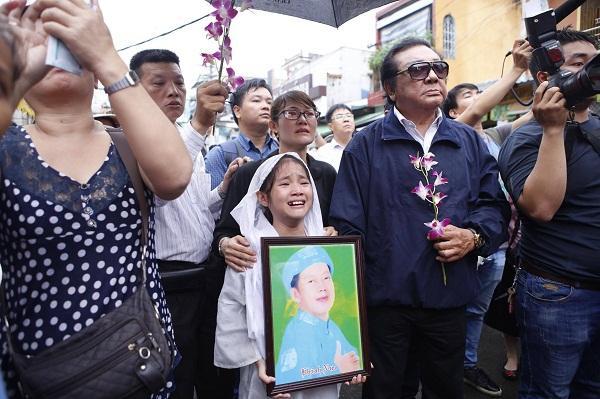 Sự thật về 4 bé gái đứng ở 4 góc quan tài trong đám tang cố nghệ sĩ Khánh Nam-1
