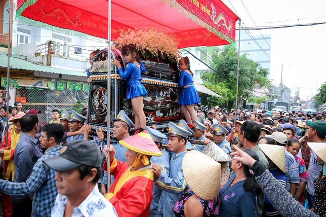 Sự thật về 4 bé gái đứng ở 4 góc quan tài trong đám tang cố nghệ sĩ Khánh Nam-3