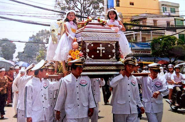 Sự thật về 4 bé gái đứng ở 4 góc quan tài trong đám tang cố nghệ sĩ Khánh Nam-5