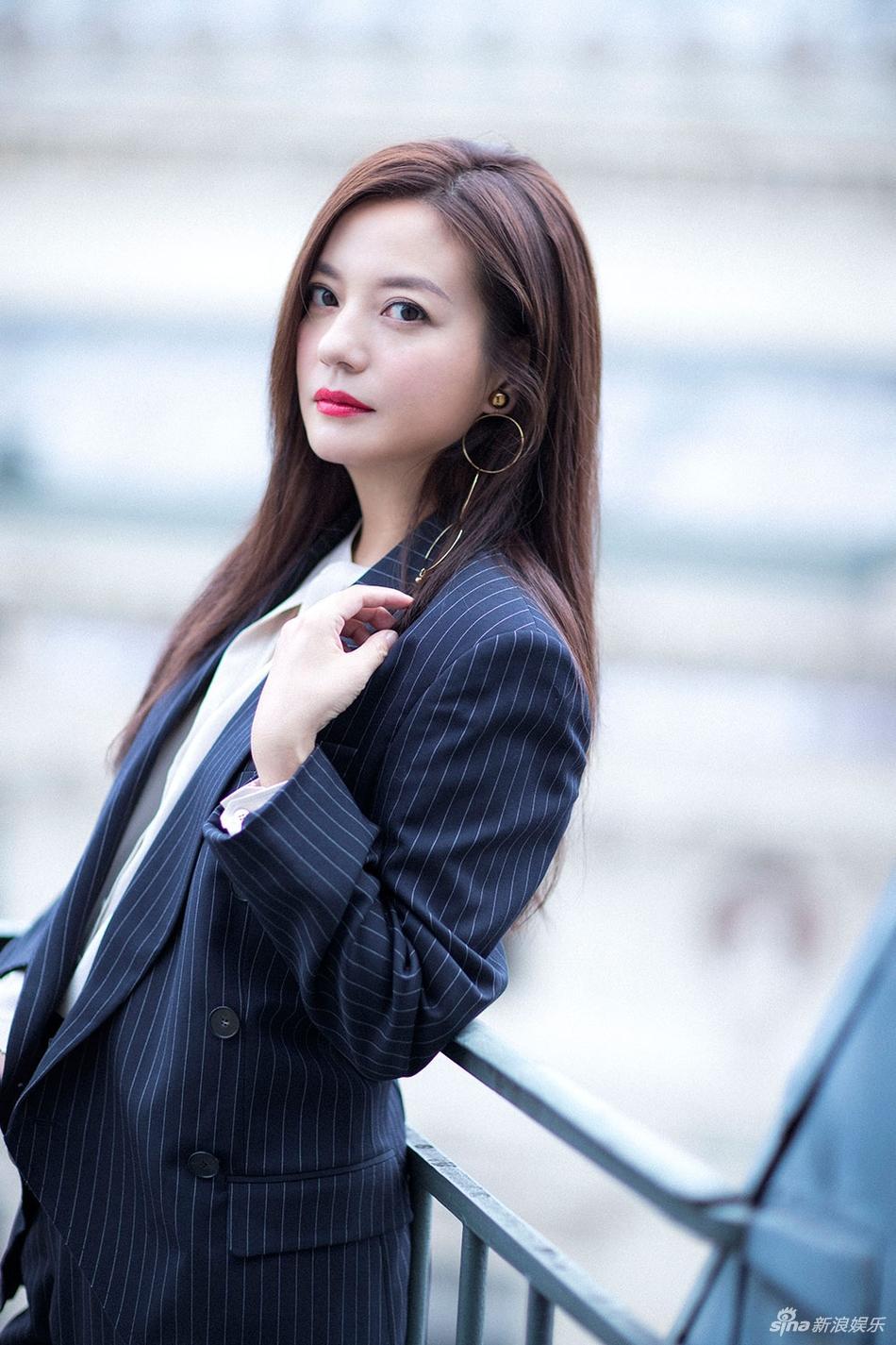 Đột nhiên chuyển sang phong cách menswear, Triệu Vy thu hút rừng ống kính tại Paris-1