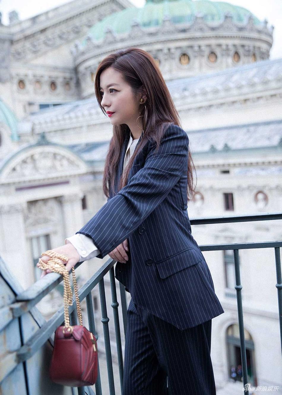 Đột nhiên chuyển sang phong cách menswear, Triệu Vy thu hút rừng ống kính tại Paris-2