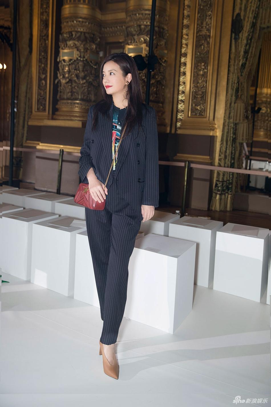 Đột nhiên chuyển sang phong cách menswear, Triệu Vy thu hút rừng ống kính tại Paris-5