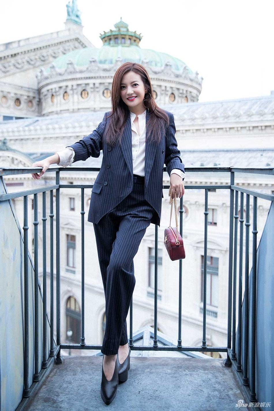 Đột nhiên chuyển sang phong cách menswear, Triệu Vy thu hút rừng ống kính tại Paris-6