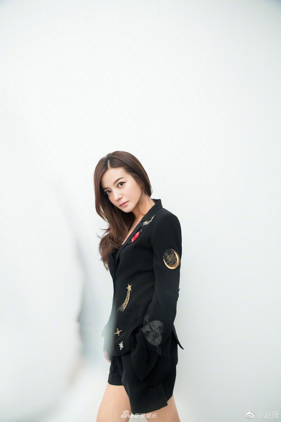 Đột nhiên chuyển sang phong cách menswear, Triệu Vy thu hút rừng ống kính tại Paris-9