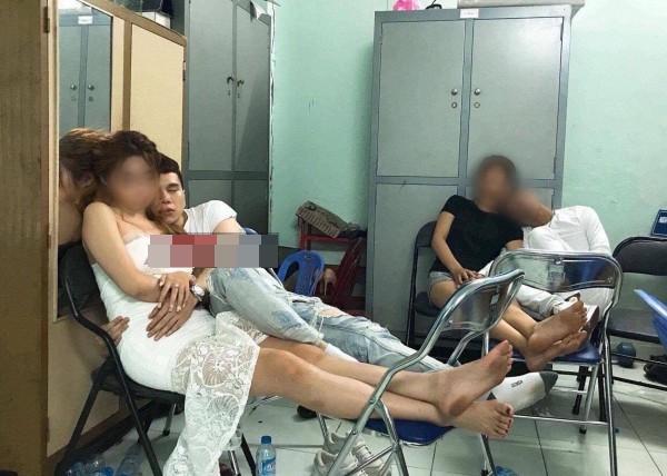 Lộ ảnh nam ca sĩ Hoàng Tôn say xỉn, ôm ấp gái lạ trong đồn công an?-1