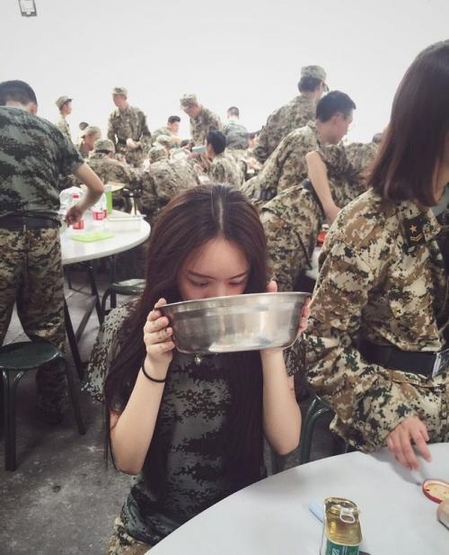 Loạt hot girl đổ bộ trong kỳ tập quân sự khiến người xem mê mệt-7