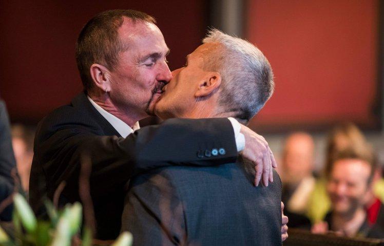 Xúc động nụ hôn của cặp đồng tính nam trong đám cưới hợp pháp đầu tiên tại Đức-1
