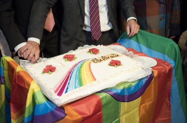 Xúc động nụ hôn của cặp đồng tính nam trong đám cưới hợp pháp đầu tiên tại Đức-2