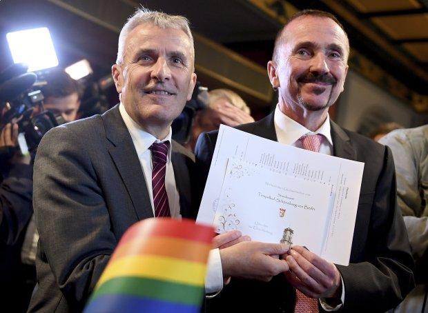 Xúc động nụ hôn của cặp đồng tính nam trong đám cưới hợp pháp đầu tiên tại Đức-4