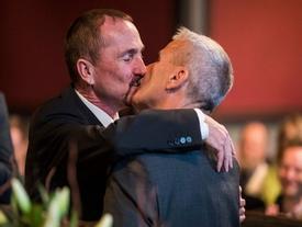 Xúc động nụ hôn của cặp đồng tính nam trong đám cưới hợp pháp đầu tiên tại Đức
